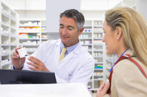 Pharmacien avec patient